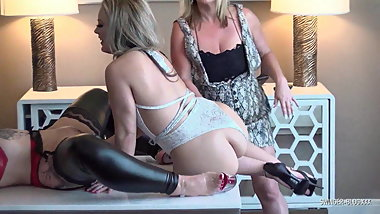 Lesbo swingers fucking strap-on and licking pussy in 4some