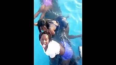 My girlfriend twerks for me in the pool